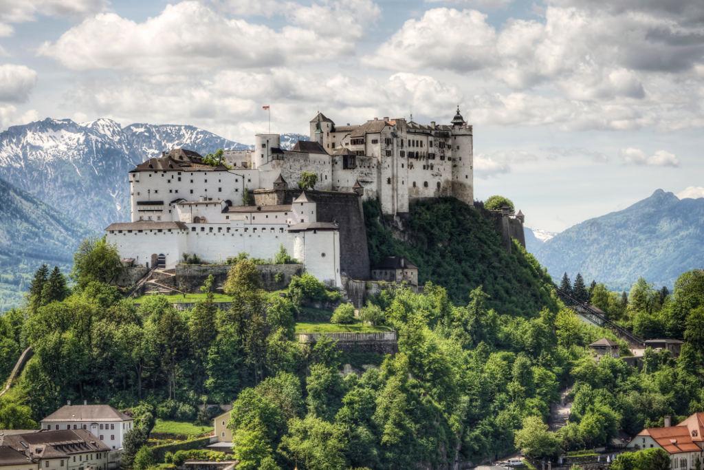 Lâu đài Hohensalzburg Castle ở Áo, đây cũng được coi như 1 pháo đài trên đỉnh núi, nó được xây dựng năm 1077.