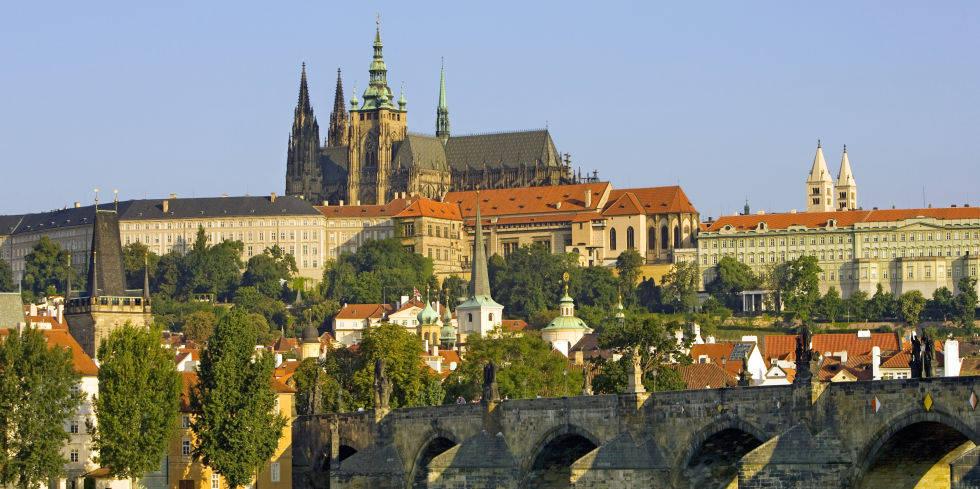 Lâu đài Prague ở Cộng hòa Séc, nắm giữ danh hiệu của lâu đài cổ đại lớn nhất thế giới, Lâu đài Prague được xây dựng trên diện tích 17 mẫu đất trên đỉnh đồi nhìn ra thành phố Bohemian.