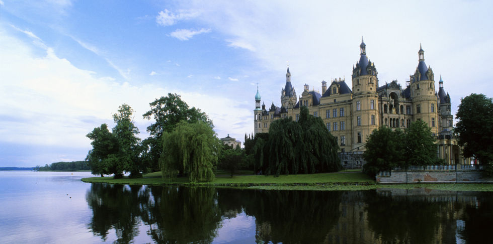 Lâu đài Schloss Schwerin ở Đức, lâu đài được xây dựng trên 1 hồ nước