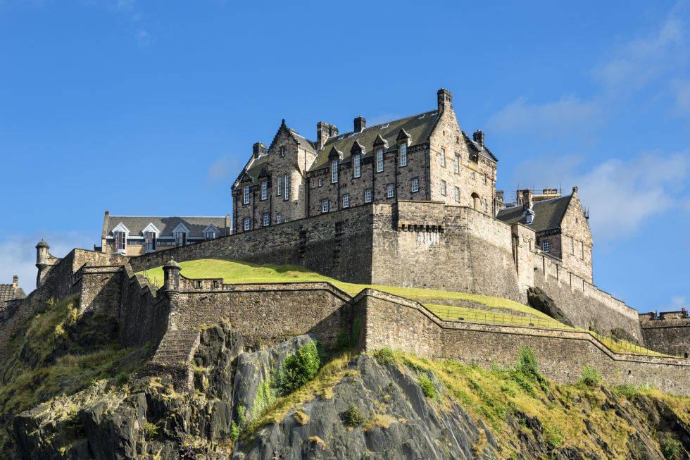 Lâu đài Edinburgh Castle, ở Scotland. Lâu đài nằm trên đỉnh núi Castle Rock.