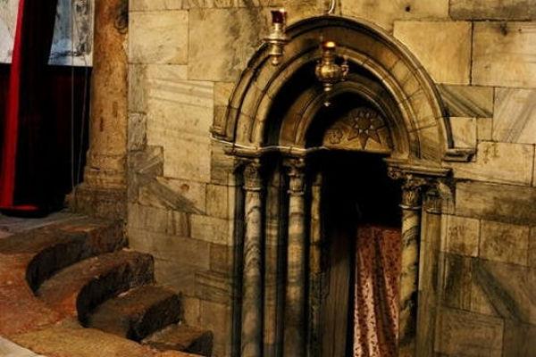 Khối kiến trúc thực chất chính là sự kết hợp của 2 nhà thờ với 1 ngôi hầm bên dưới