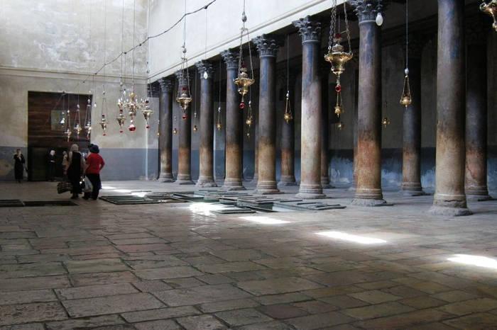 Nhà thờ đặc trưng bởi những bức trang trí khảm vàng bao quanh các bức tường