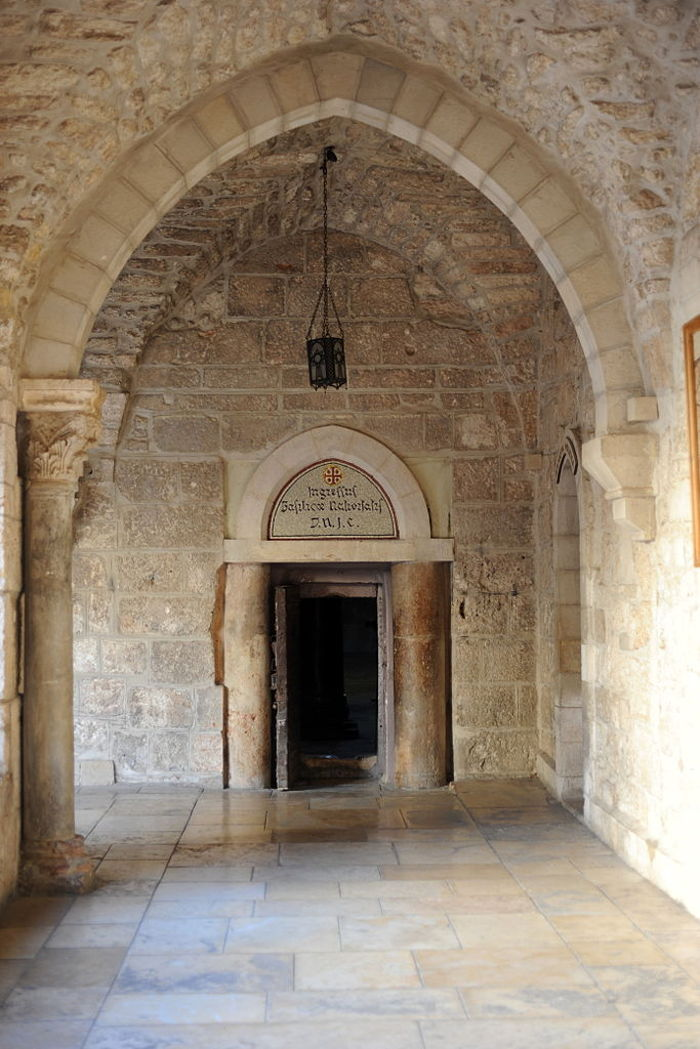"""Lối vào nhà thờ là một chiếc cổng rất thấp, được gọi là """"Cánh cửa khiêm nhường"""""""