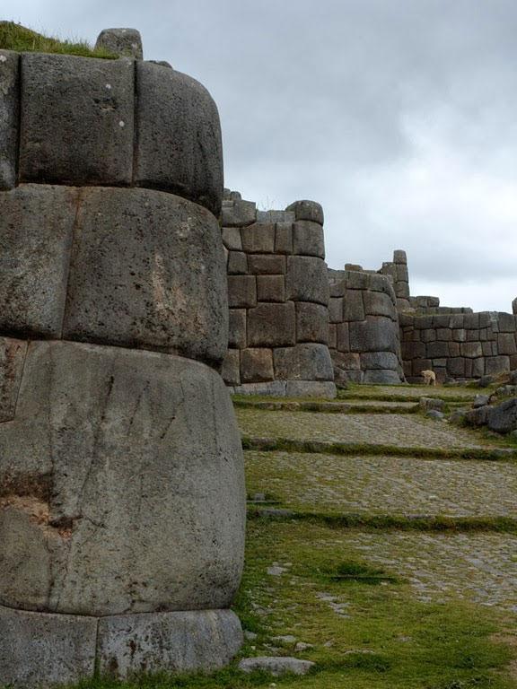 Pháo đài là những phiến đá chồng lên nhau.