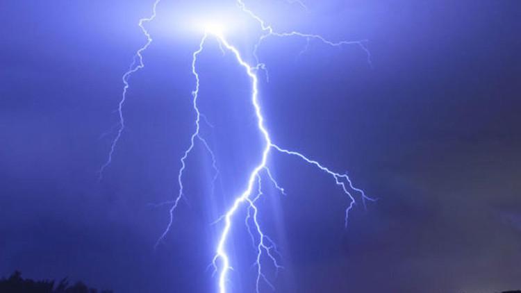 Sự phóng điện giữa đám mây và mặt đất tích điện trái dấu nhau tạo ra tia sét.