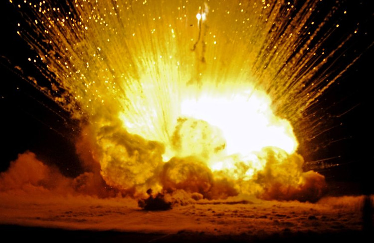AA dễ nổ đến mức độ nhạy nổ của chất này vượt quá khả năng đo lường của con người.