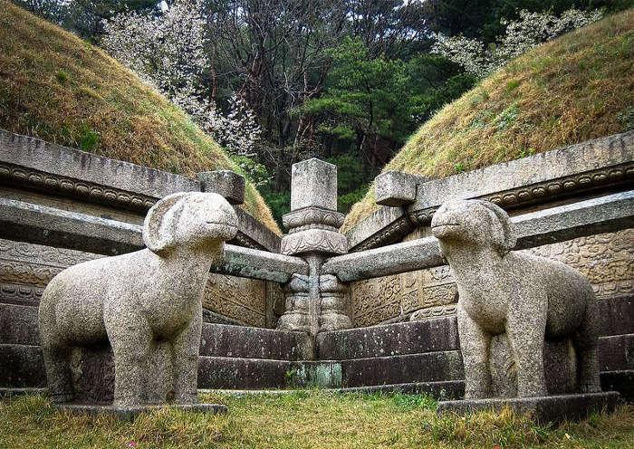 Có 12 di tích chính tại thành phố này nằm trong quần thể được công nhận là Di sản văn hóa thế giới.