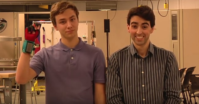 Navid Azodi và Thomas Pryor sử dụng găng tay chuyển đổi ngôn ngữ cử chỉ.