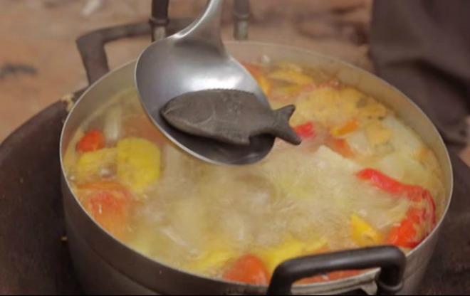 Tiến sĩ Charles nghĩ ra cách đun sôi những con cá sắt trong 10 phút hoặc nấu với súp để sắt được giải phóng, bổ sung lượng sắt thiết yếu cho bữa ăn..