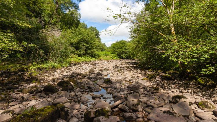Khúc sông cạn nước sau khi hố sụt xuất hiện.