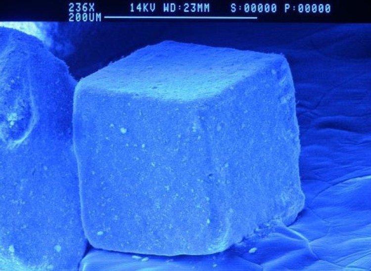 Hạt muối dưới kính hiển vi trông như pha lê vậy