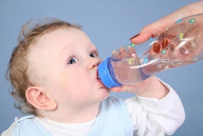 Nhớ cho trẻ uống nhiều nước để phòng bệnh mùa hè.