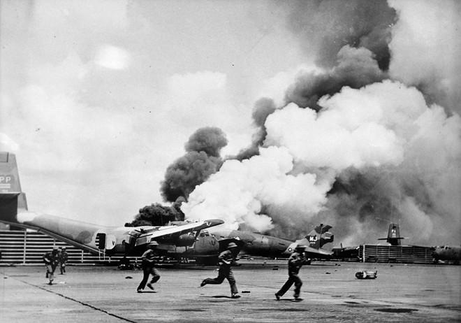 5h30 sáng 30/4, Sư đoàn 10 và hai đại đội xe tăng của Trung đoàn thiết giáp 273 tấn công sân bay Tân Sơn Nhất.