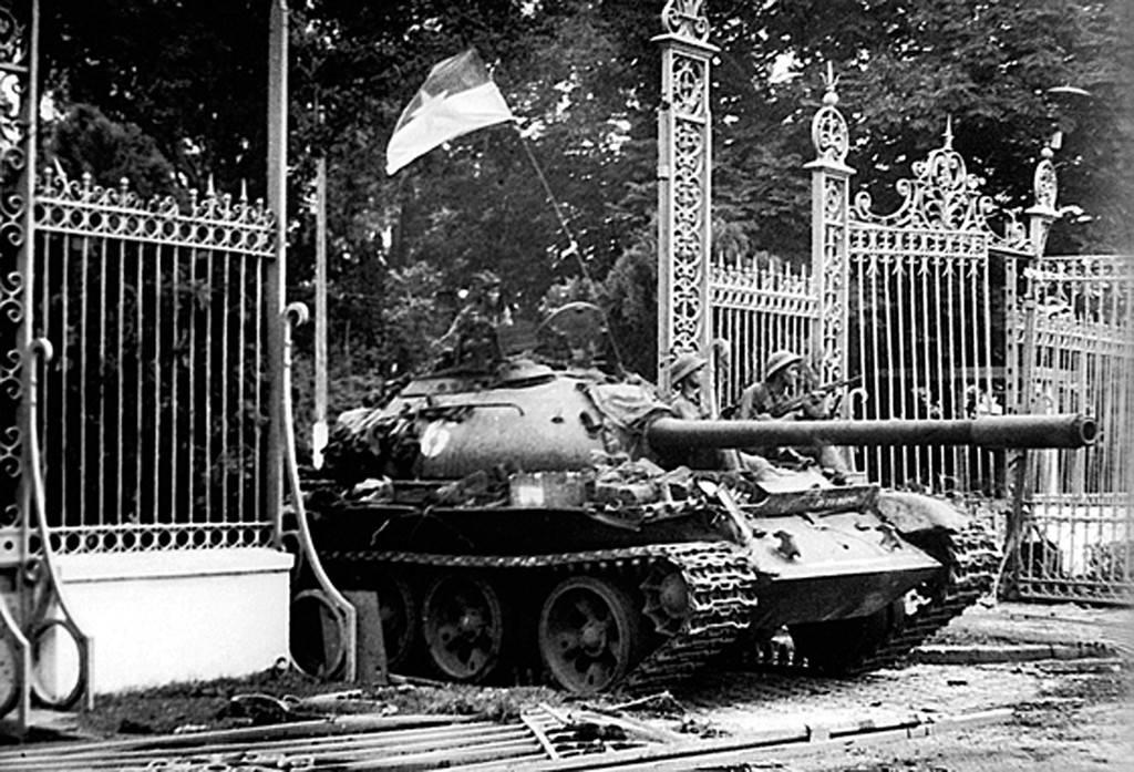 Đoàn xe tăng lao qua cổng chính, tiến vào sân Dinh Độc Lập sáng 30/4. Đại đội trưởng Bùi Quang Thận ra khỏi xe 843, lấy lá cờ trên xe của mình đem treo lên cột cờ trên nóc Dinh Độc Lập lúc 11h30.