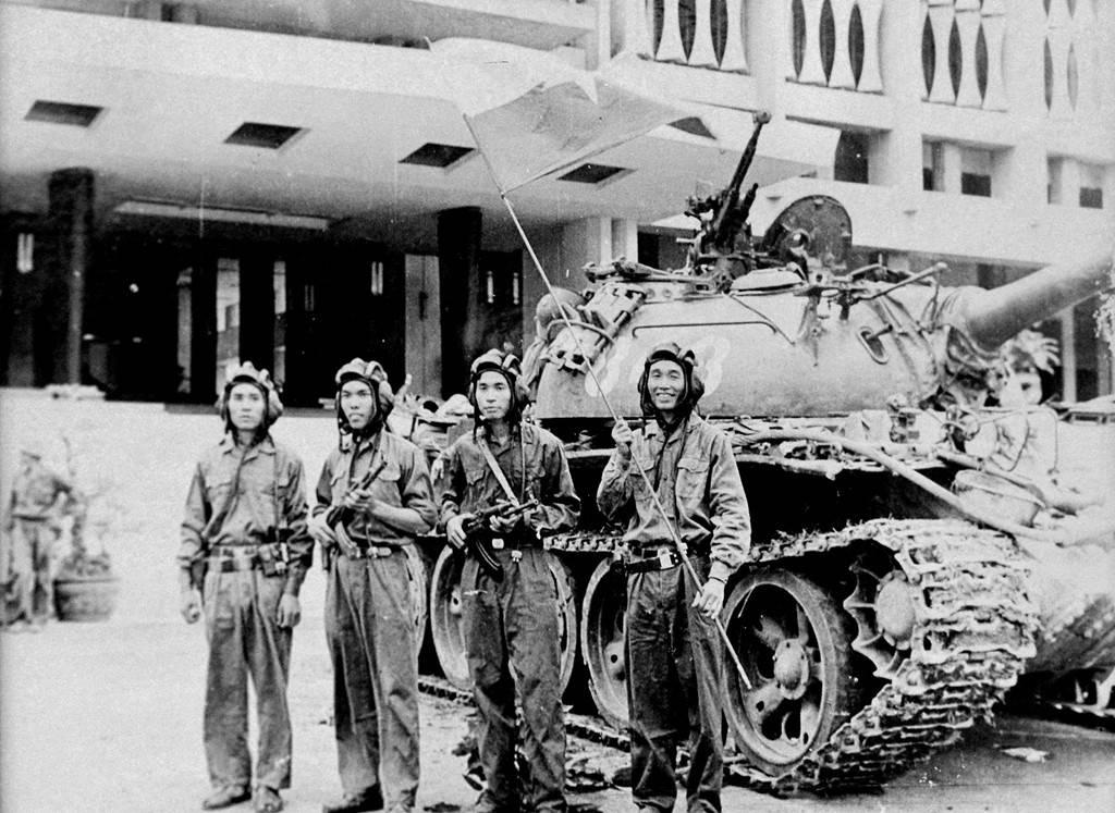 Các chiến sĩ xe tăng 843 trưa 30/4/1975.