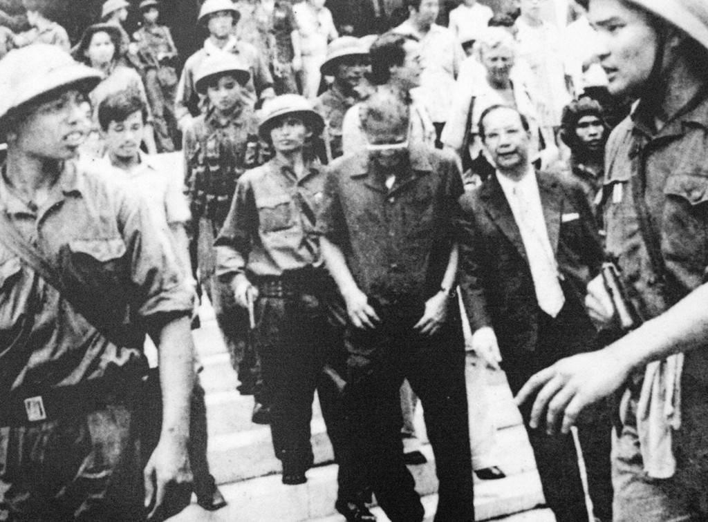 Tổng thống Dương Văn Minh cùng nội các ra trước đài phát thanh tuyên bố đầu hàng vô điều kiện, kết thúc chiến tranh Việt Nam.