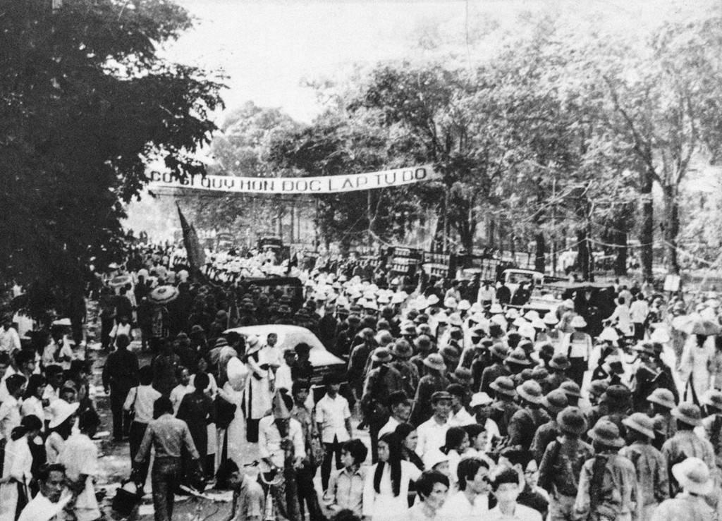 Người dân tổ chức diễn hành trong ngày thống nhất.