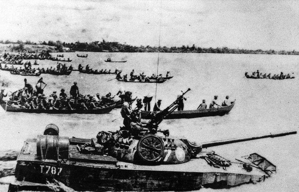 Nhân dân Phú Hữu dùng thuyền chở quân đoàn 2 vượt sông tiến về Sài Gòn.