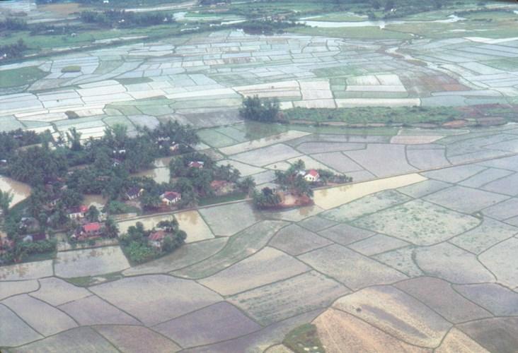 Cảnh làng xóm và ruộng đồng ở Khánh Hòa nhìn từ máy bay, miền Nam Việt Nam năm 1969