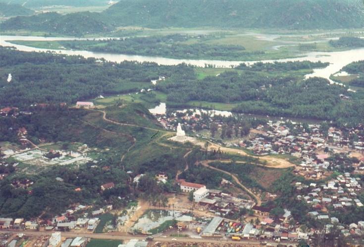 Căn cứ không quân ở Nha Trang.2Tượng Phật Trắng trên đồi Trại Thủy ở Nha Trang.