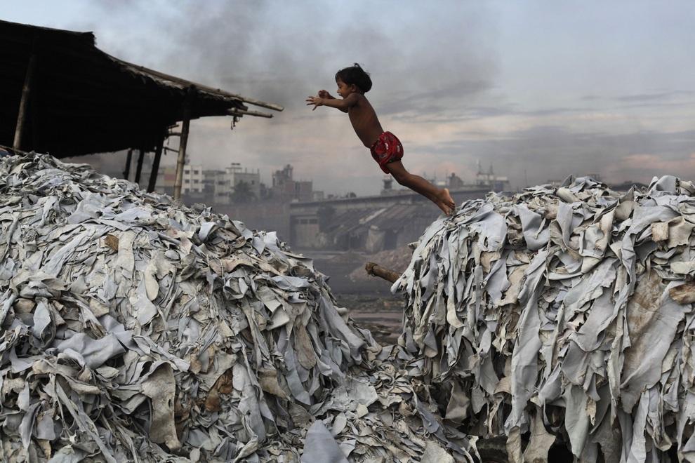 Trẻ em nơi đây phải sống trong môi trường không khí ô nhiễm nặng nề.