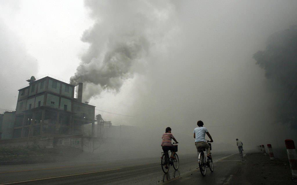 Với mức độ ô nhiễm không khí đáng báo động, Bắc Kinh đã phải đóng cửa nhiều nhà máy, hạn chế các công trình xây dựng.
