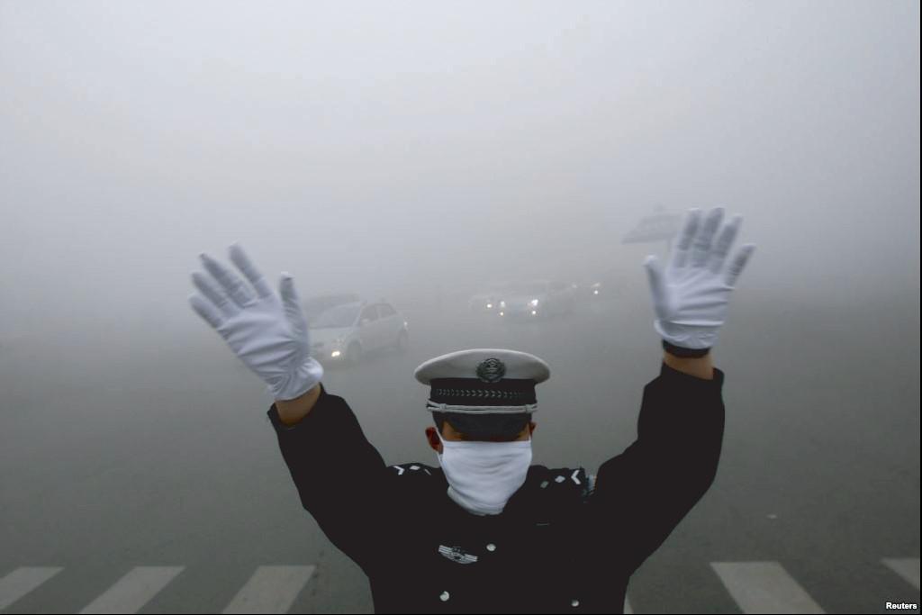 Sự gia tăng mạnh lượng xe ô tô là nguyên nhân chính khiến Bắc Kinh ô nhiễm nặng nề. Dù chính quyền có những quy định nghiêm ngặt, nhưng mỗi năm thành phố này có thêm gần 800.000 chiếc.