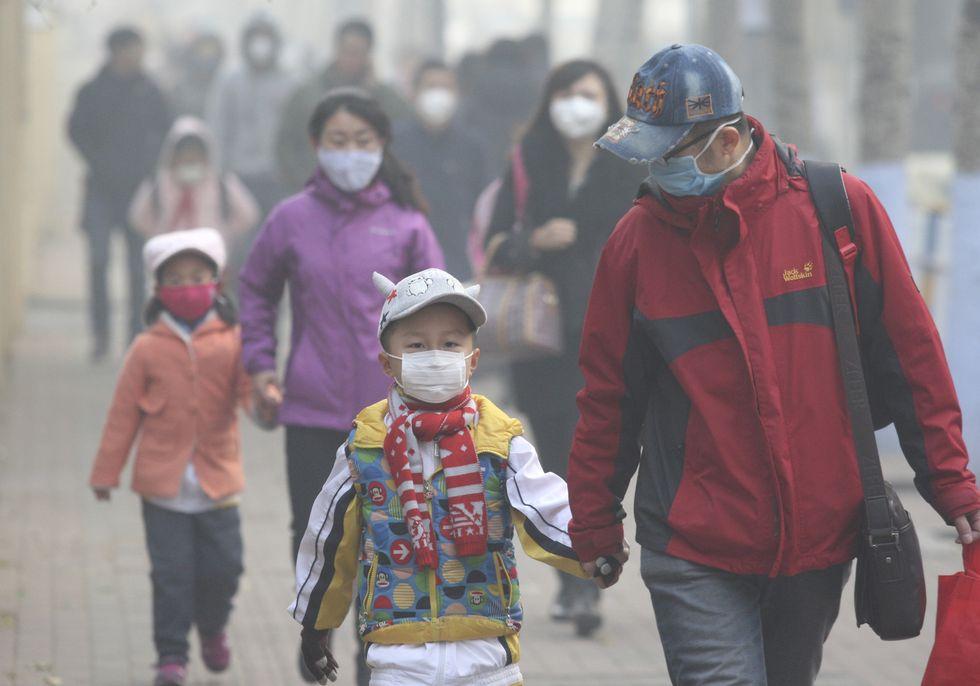 Ngoài hệ thống sưởi ấm, tại hầu hết các gia đình ở Bắc Kinh đều trang bị thêm các máy lọc không khí, dù chi phí khá đắt đỏ.