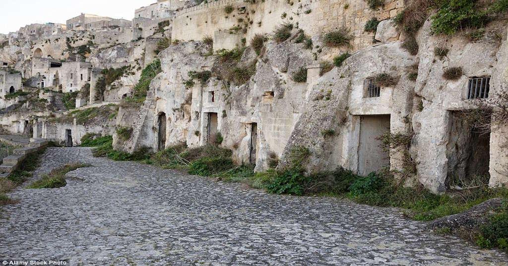 Những cửa hang đá trong thành phố Sassi di Matera.
