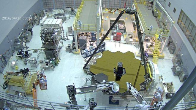 Mặt gương chính đặt trong phòng vô trùng của Trung tâm Bay Vũ trụ Goddard.