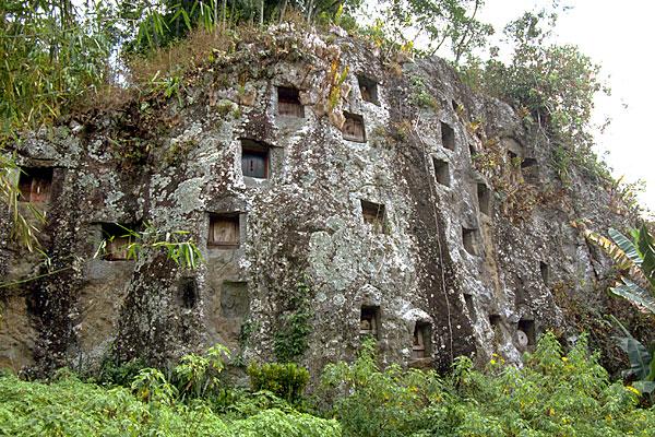 Nghĩa trang trên vách núi đá vôi dựng đứng
