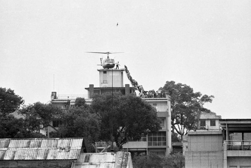 Ngày 28/4/1975, Sài Gòn được đặt dưới lệnh giới nghiêm khi quân giải phóng ngày càng tiến gần thành phố.