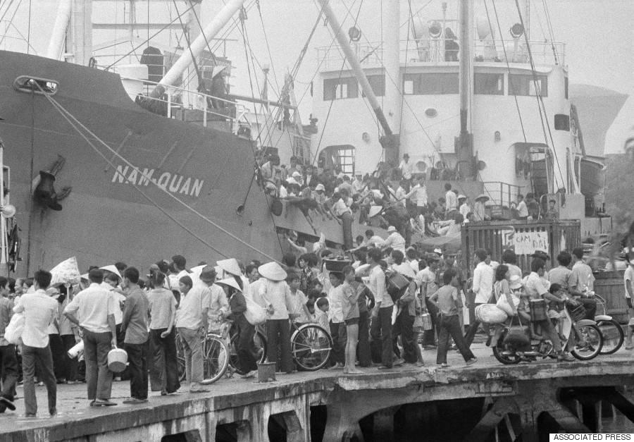 Bờ sông Sài Gòn những ngày cuối tháng 4/1975 chật kín người chờ di tản trên những con tàu.