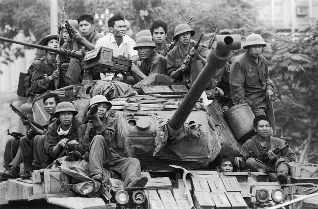 Xe tăng của quân giải phóng tiến vào Sài Gòn, hướng tới Dinh Độc lập.