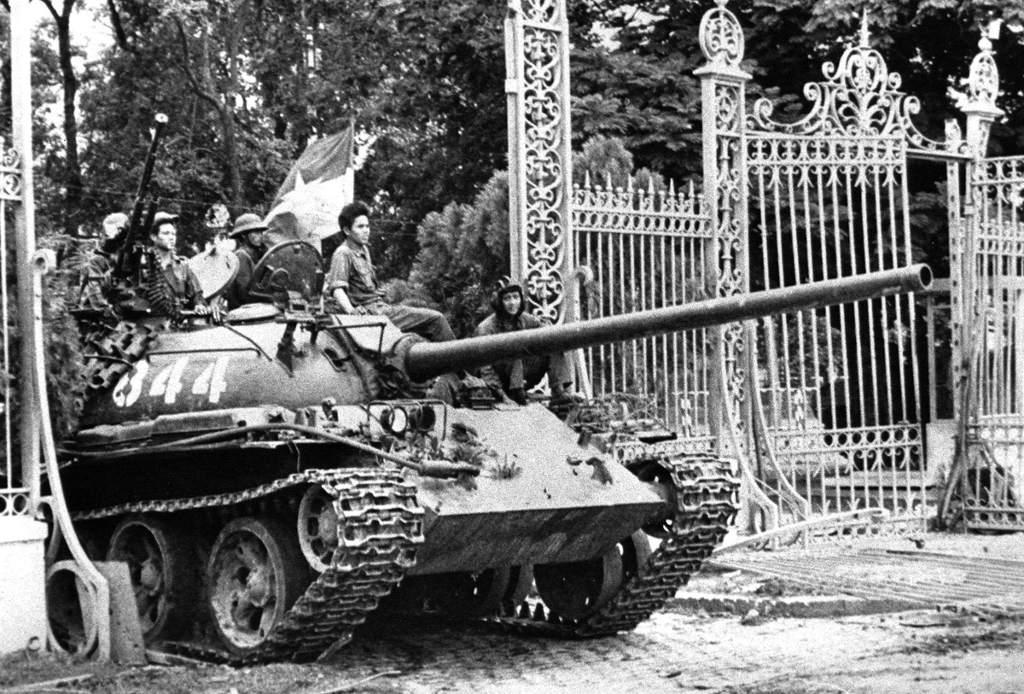 Xe tăng Quân đội Nhân dân Việt Nam húc đổ cánh cổng Dinh Độc lập, tiến thẳng vào dinh trưa ngày 30/4/1975, báo hiệu sự kết thúc của chính quyền Sài Gòn, chấm dứt cuộc chiến tranh kéo dài hai thập kỷ.