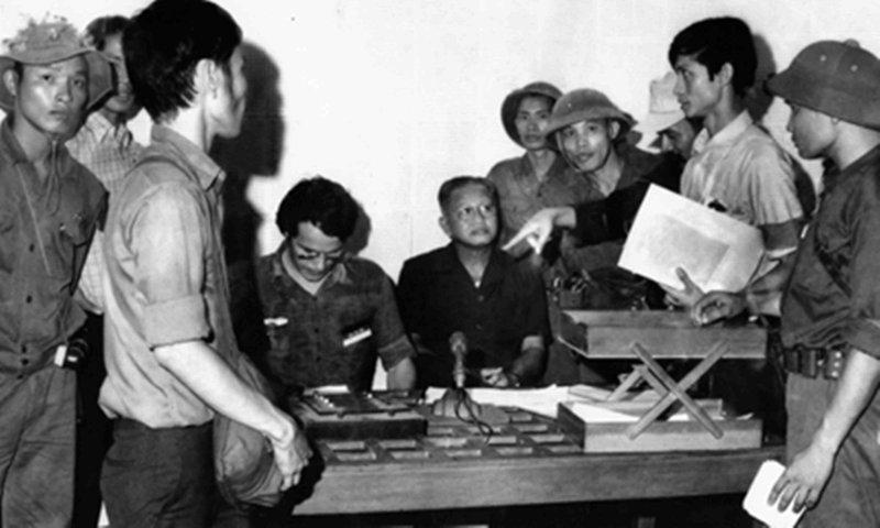 Tướng Dương Văn Minh (người ngồi bên phải) chuẩn bị đọc lời tuyên bố đầu hàng vô điều kiện tại Đài phát thanh Sài Gòn.