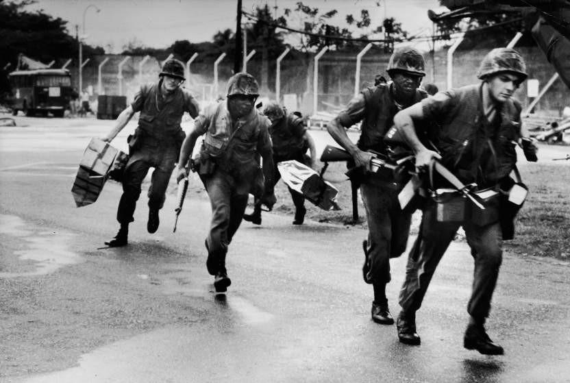 Trực thăng đưa lính thủy đánh bộ Mỹ tới sân bay Tân Sơn Nhất nhằm bảo vệ và phong tỏa các khu vực quan trọng để tiến hành di tản những người Mỹ cuối cùng khỏi Sài Gòn.
