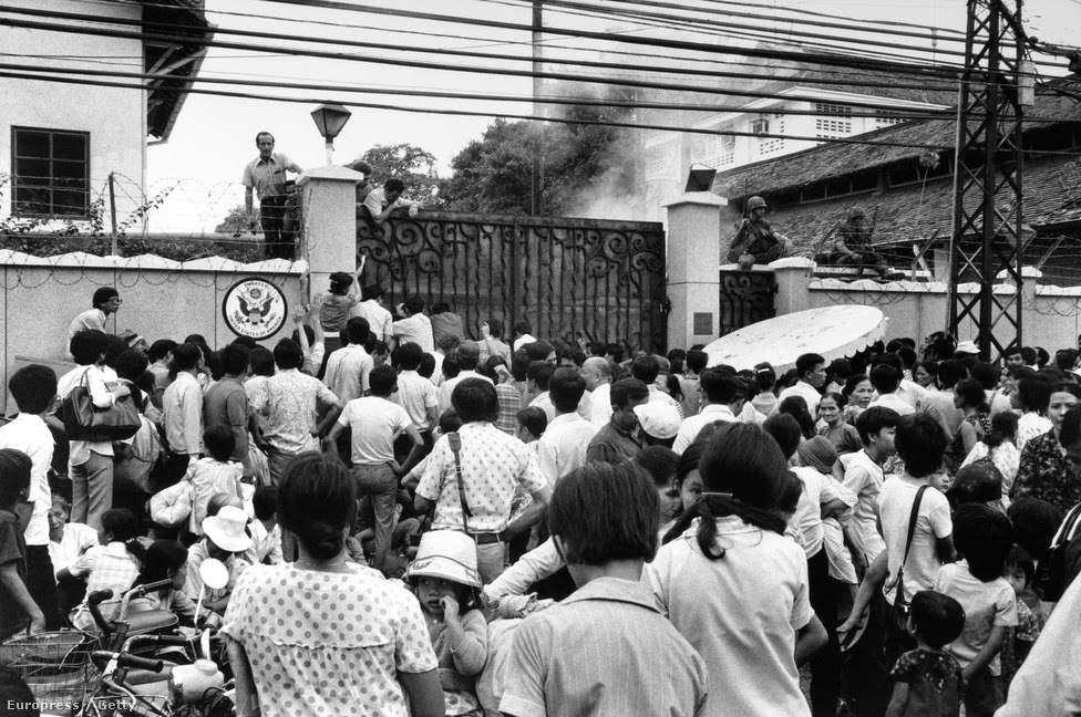Những viên chức làm việc cho các cơ quan của Mỹ cùng người thân xếp hàng chờ đợi trước cổng Đại sứ quán Mỹ.