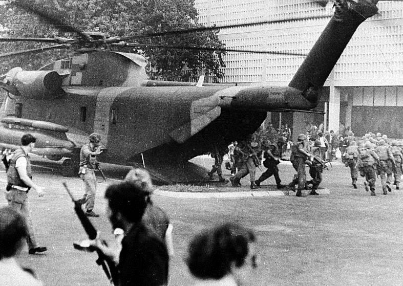 Máy bay trực thăng di tản của lực lượng lính thủy đánh bộ Mỹ.