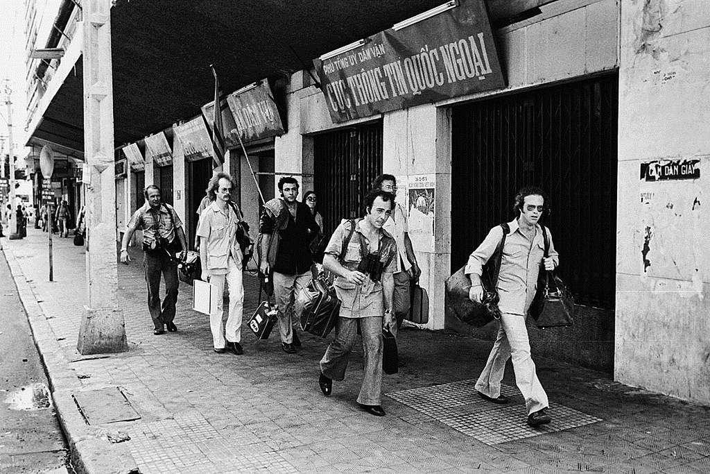 Những công dân Mỹ cuối cùng, trong đó có cả các phóng viên báo chí, chuẩn bị di tản khỏi Sài Gòn vào buổi trưa.