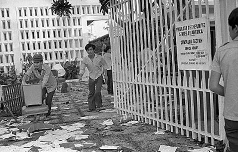 Người dân vào đại sứ quán ngay sau khi lực lượng an ninh Mỹ rời đi. Mặc dù lệnh giới nghiêm 24/24 được ban bố nhưng hàng nghìn người vẫn tràn xuống đường.