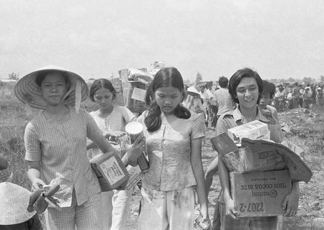 Một vài phụ nữ xách theo những thùng đồ đạc lấy được sau khi lính Mỹ rút lui.