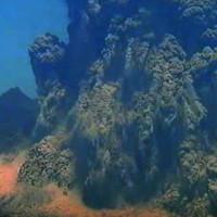 Núi lửa Nhật bất ngờ phun cột tro khói cao 3,5km