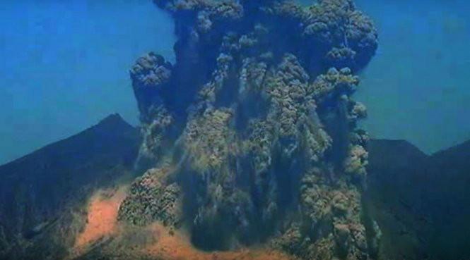 Khoảnh khắc núi lửa Sakurajima phun hôm 30/4.