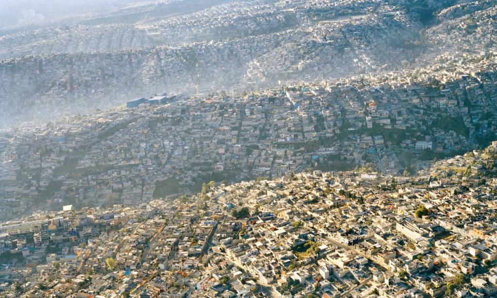 Tấm ảnh này chụp lại thành phố Mexico, thủ đô Mexico, nhà cửa nơi này dày đặc và trập trùng như những con sóng.