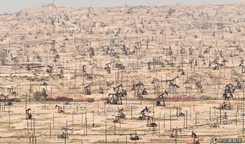 Khu khai thác dầu ở hạ lưu sông Kern, California, Mỹ.
