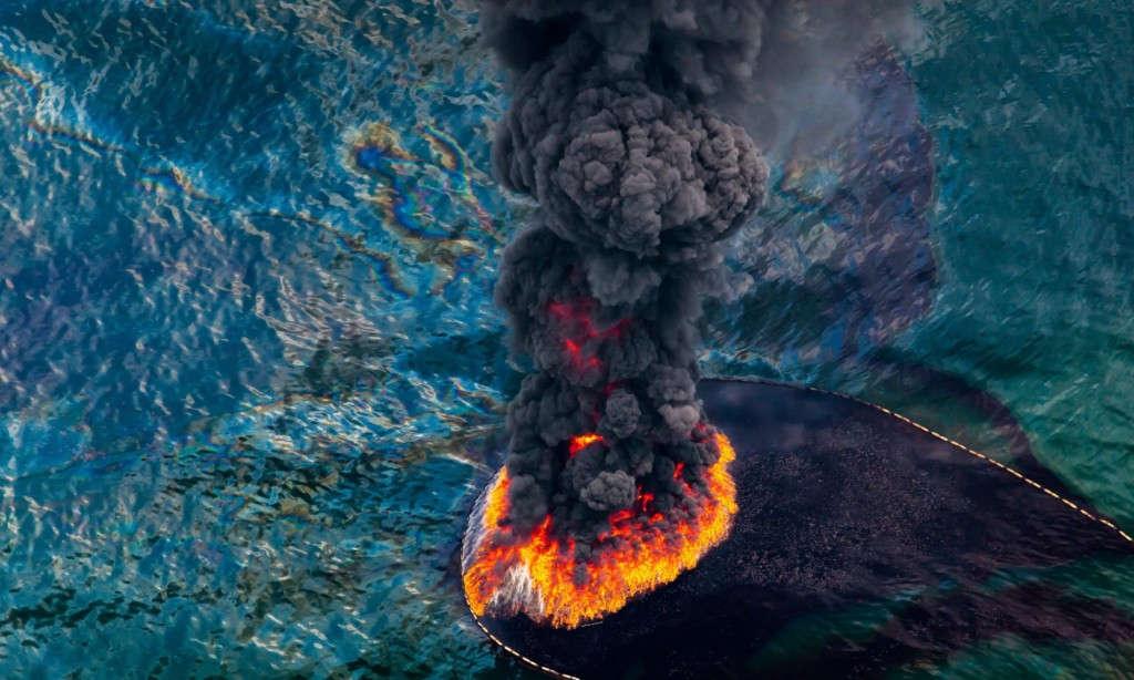 Tấm ảnh chụp từ trên cao của ngọn lửa dầu sau thảm họa tràn dầu Deepwater Horizon năm 2010 tại vịnh Mexico, Mỹ