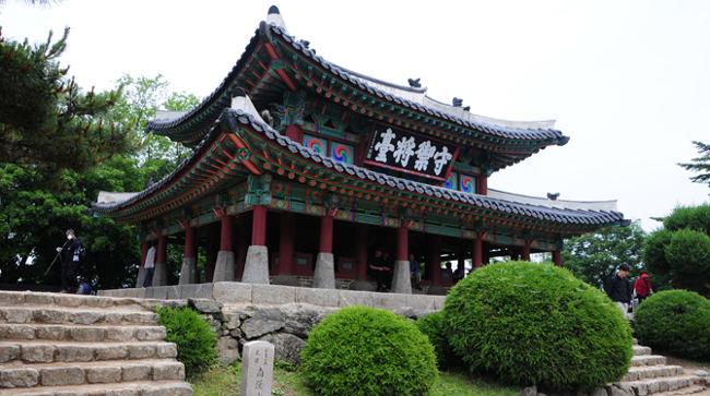 Bên cạnh mục đich phòng thủ Namhansanseong cũng được sử dụng làm hoàng cung