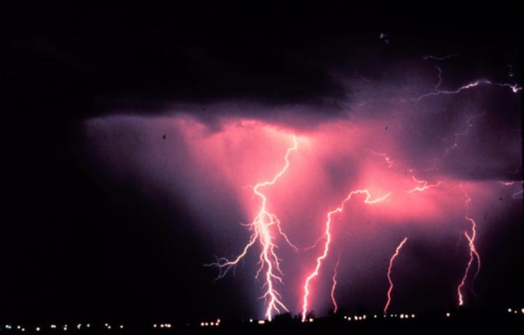 Sét thường xuất hiện trước, trong, thậm chí cả sau cơn mưa.
