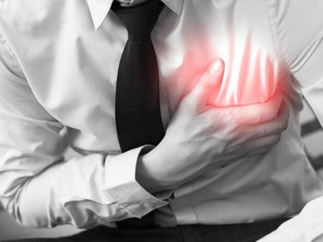 Nhồi máu cơ tim thường đi kèm với các triệu chứng như đau ngực, ra mồ hôi quá nhiều, khó thở...